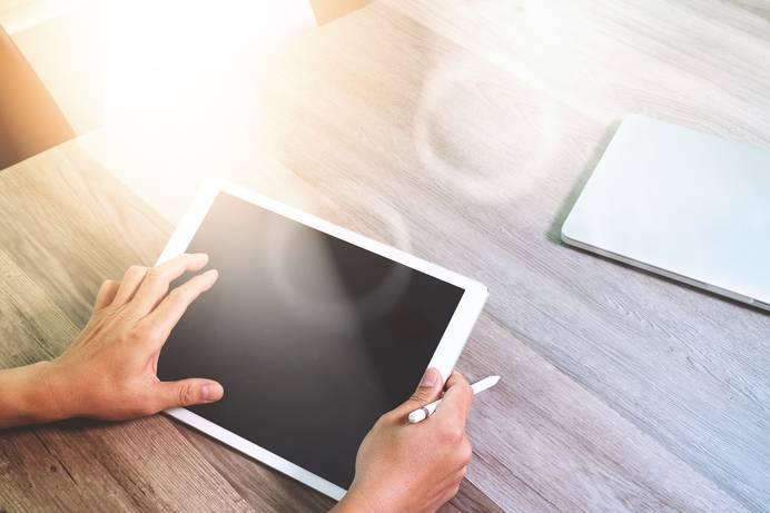 Tablets sind täglicher Begleiter Zuhause, im Büro oder auch in der Schule