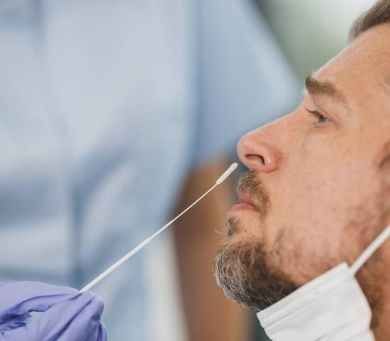 Nasenabstrich für einen Coronatest