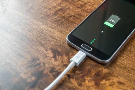 Mobiltelefon mit USB-Ladekabel