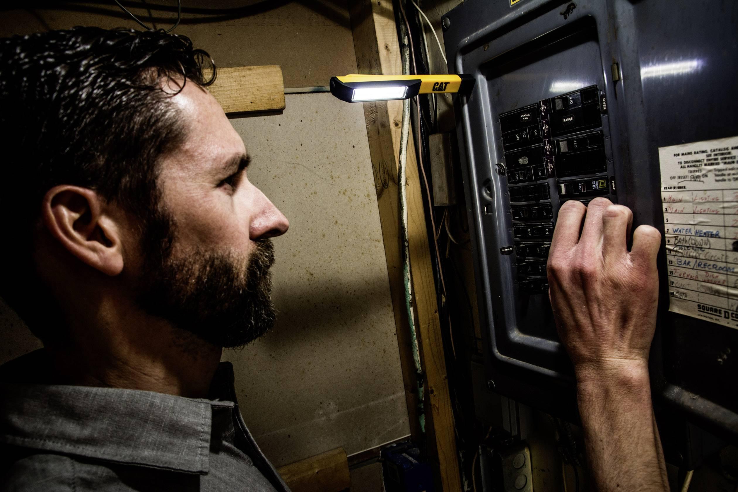 COB LED s magnetem CAT CT1000 68 g, na baterii, černá, žlutá