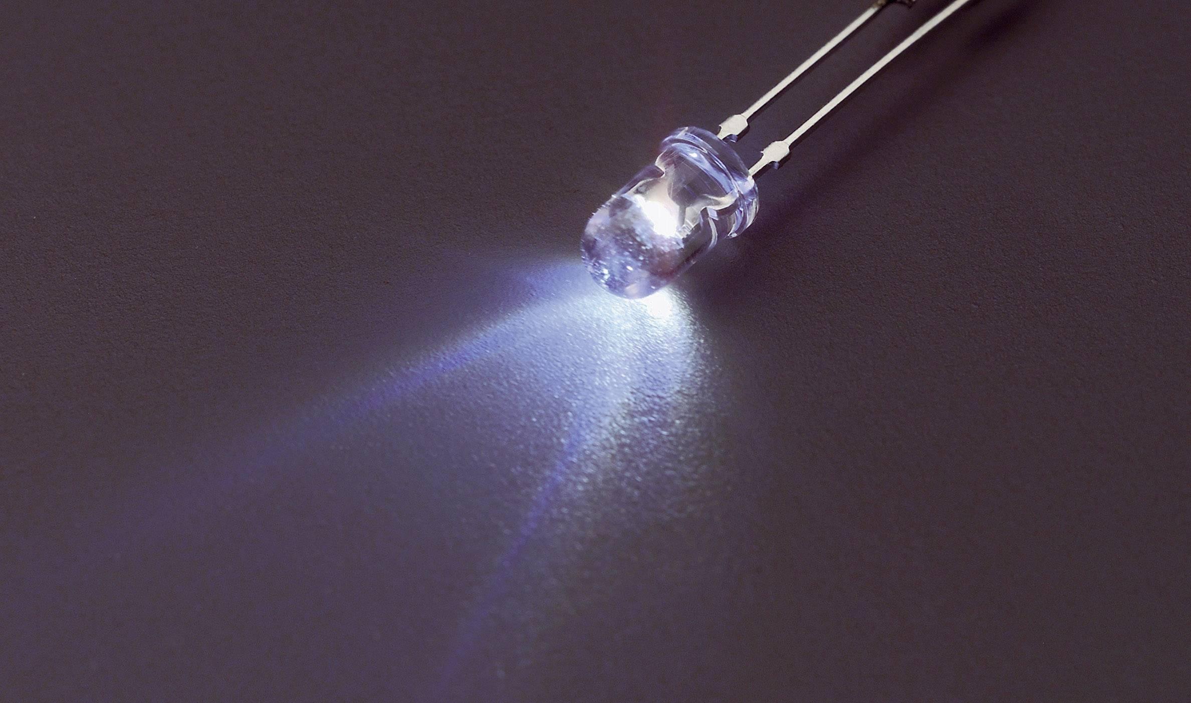 LEDsvývodmi Nichia NSPL515DS, NSPL515S, typ čočky guľatý, 5 mm, 55 °, 20 mA, 1800 mcd, 3.2 V, teplá biela