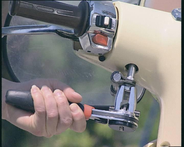 Nastaviteľný skrutkovací kľúč s račňovým mechanizmom