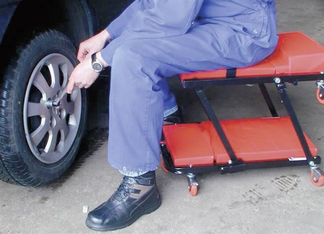 Pojízdná montážní plošina a křeslo s polstrováním u hlavy