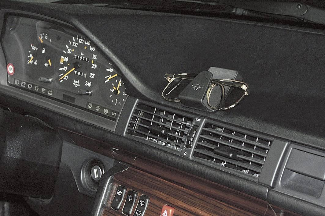 Držák brýlí do auta Herbert Richter Support de lunettes auto-adhésif HR 186, černá