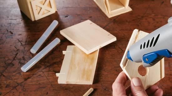 Montage eines kleinen Holzhäuschens
