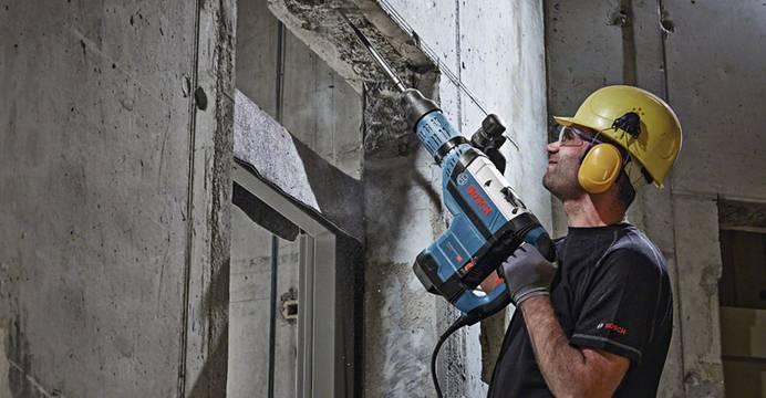 Bauarbeiter bei der Arbeit mit einem Elektrowerkzeug