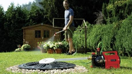 Gartenpumpe im Einsatz