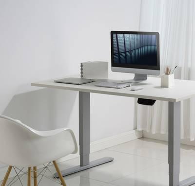 Höhenverstellbarer Schreibtisch mit T-Fuß