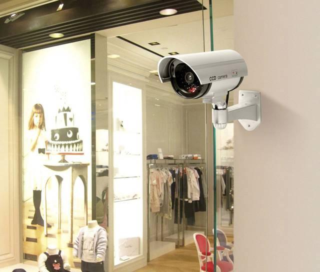 Überwachungskameras im Einsatz vor einem Geschäft