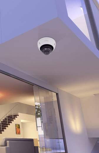Dome-Kamera auf einem Balkonanbau montiert