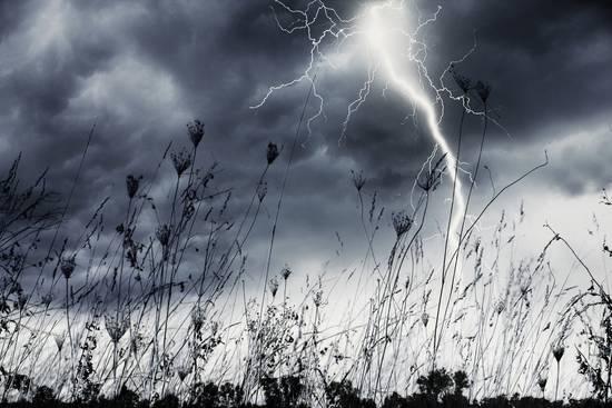 Blitzeinschläge können zu Überspannungen führen
