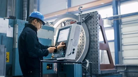 Werkzeugmechaniker bedient CNC-Maschine