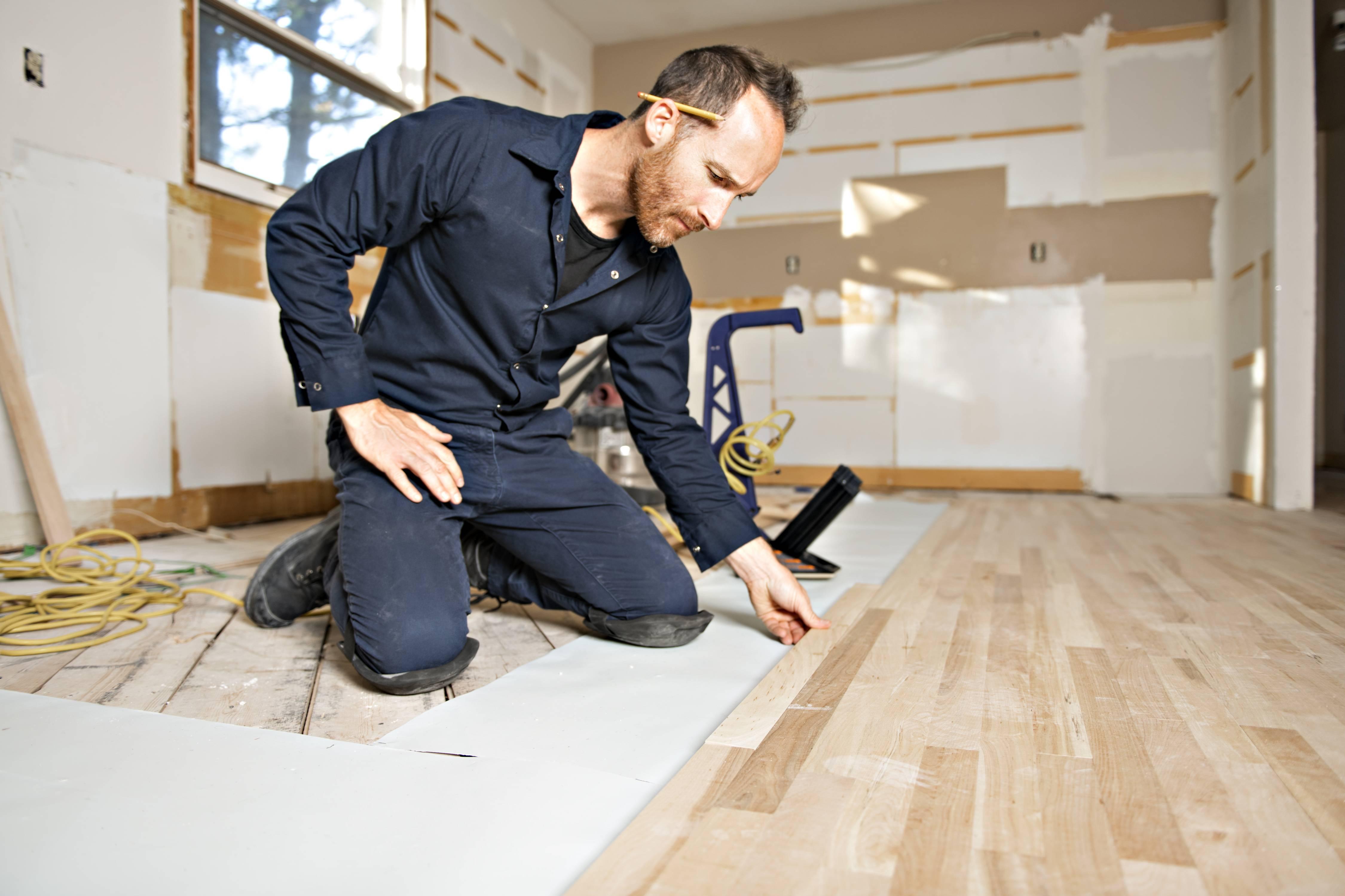 Erfahrener Heimwerker beim Bodenverlegen
