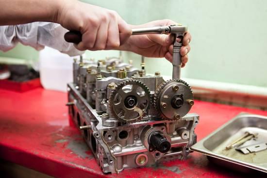 Feinwerkmechaniker bie der Arbeit