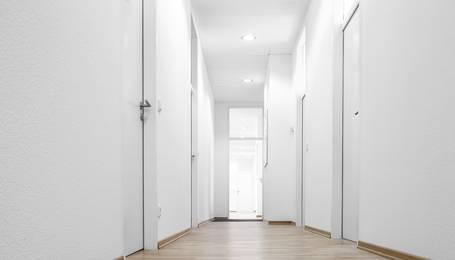 Hausflur mit vielen Türen