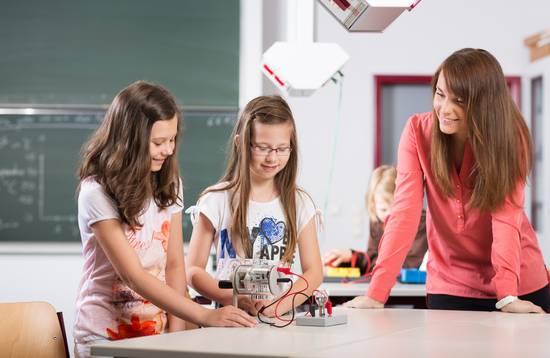 Schülerinnen im Physik-Unterricht