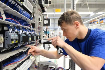 Elektroniker bei der Arbeit