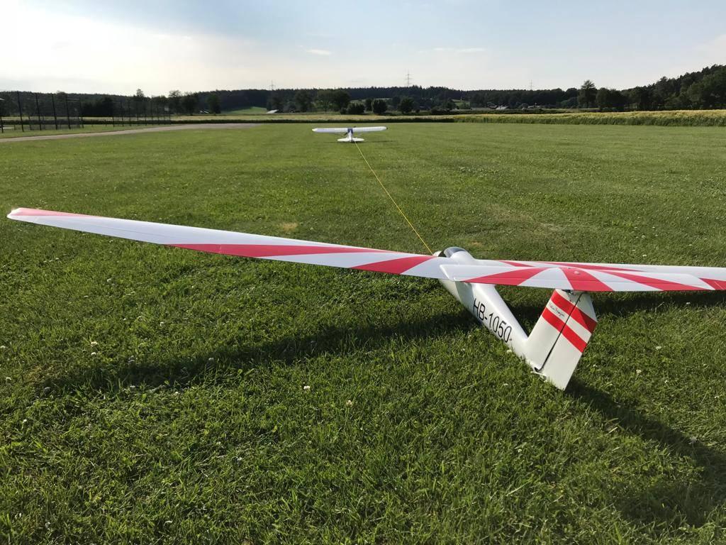 Modellflugzeug schleppt einen Miodellsgelflieger