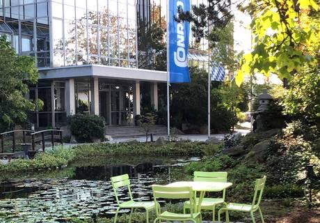 Firmengebäude mit Grünanlage