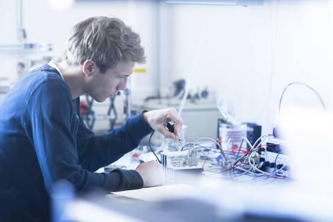 Elektroniker klemmt Strom an