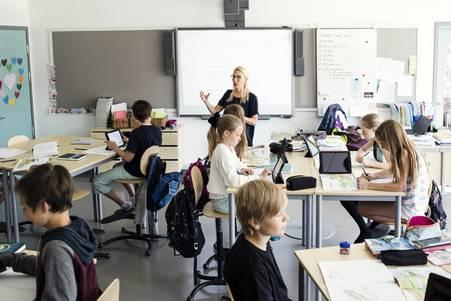 Klasse Lehrkaft mit Schülern
