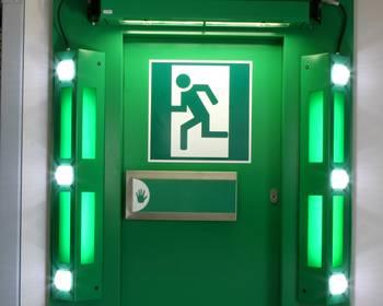 Blitzerleuchten an einer Fluchtweg-Tür
