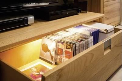 Die LED Unterbauleuchte sorgt für eine gute Beleuchtung in Schubladen.