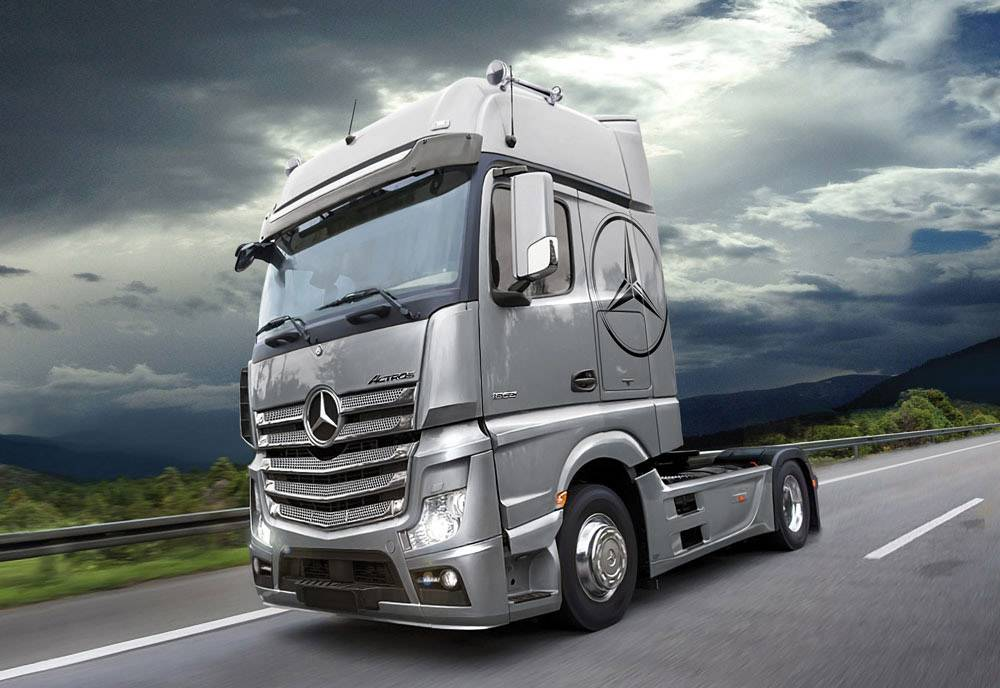 Italeri 510003905 Mercedes Benz Actros MP4 Gigaspace HGV