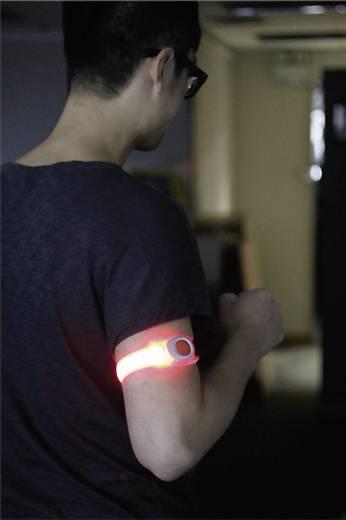 Csuklóra vagy bokára szerelhető figyelemfelkeltő LED-es villogó, piros
