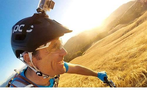 Actionkamera på en cykelhjelm