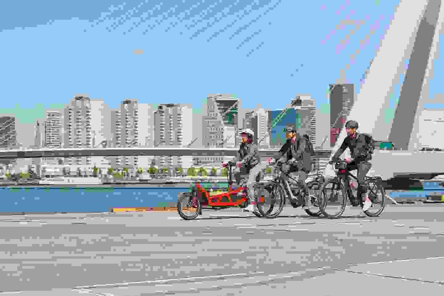 Bosch E-Bikes fahren in der Stadt.