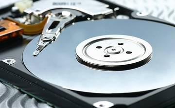 Aufgeschraubte externe Festplatte