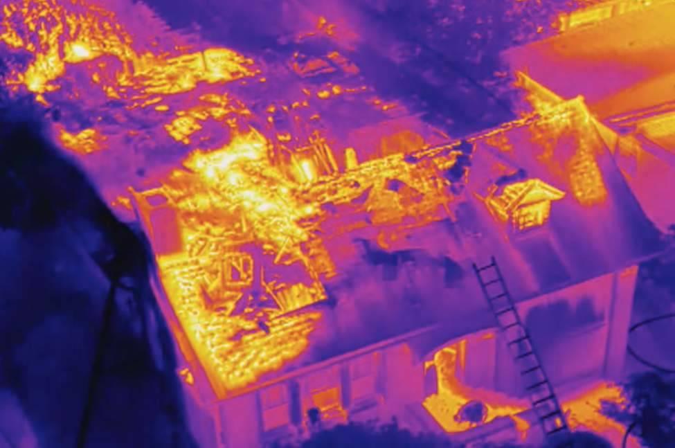 Wärmebild eines brennenden Hauses
