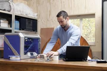 Person mit 3D Drucker