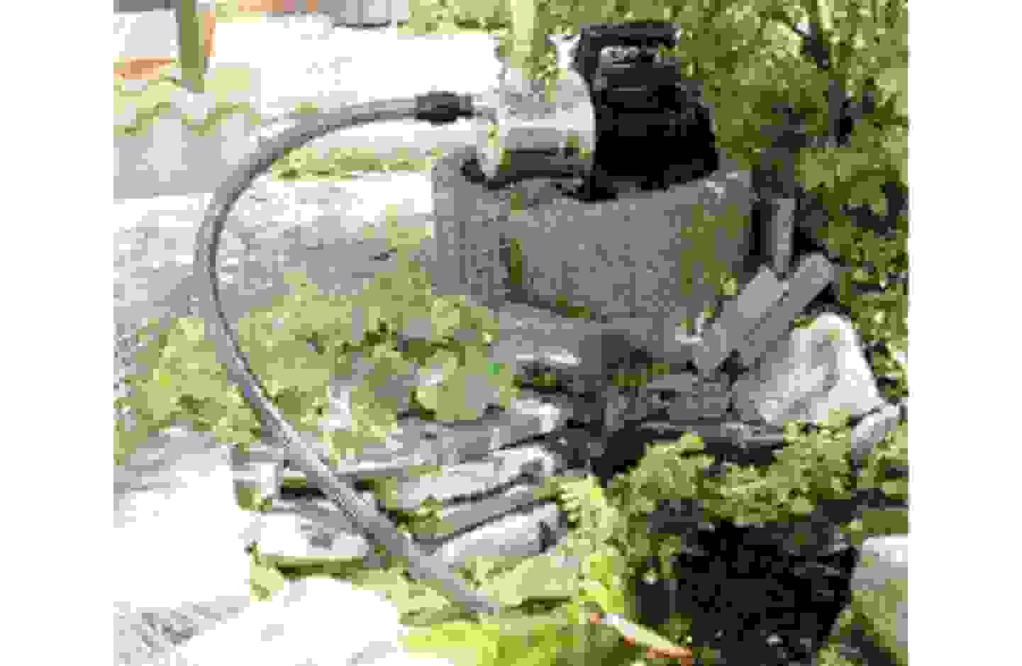 Kreiselpumpe pumpt Wasser aus Teich