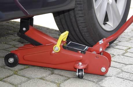 Radwechsel mit Rangierwagenheber