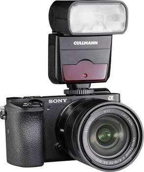 Kamera mit aufgestecktem Blitzgerät