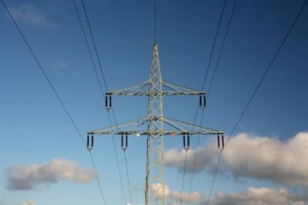 Überlandleitungen werden mit 10.000 V bis 380.000 V betrieben.