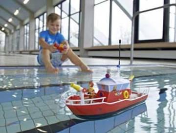 Kind spielt mit Feuerwehrboot