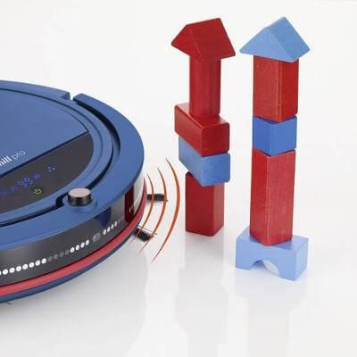 Sensoren verhindern das Anstoßen an beispielsweise Spielzeug und Möbeln.