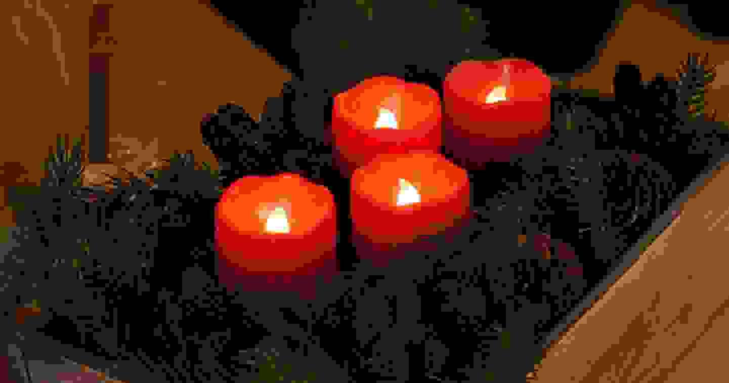 Rote LED-Kerzen mit zerlaufener Wachsoptik mit warm-weissen LEDs