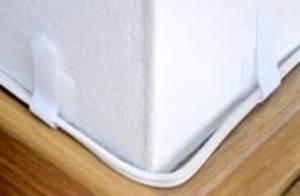 Kabel mit Klettband an der Wand gebündelt