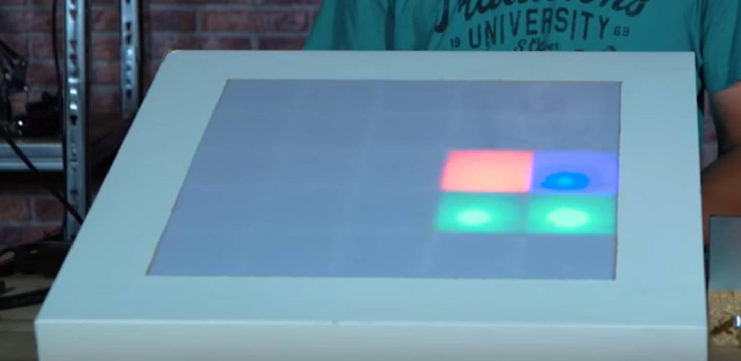 Zusammengebauter LED-Tisch