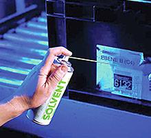 Etiketten und Klebstoffreste ablösen