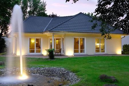 Haus mit vielfältiger Außenbeleuchtung