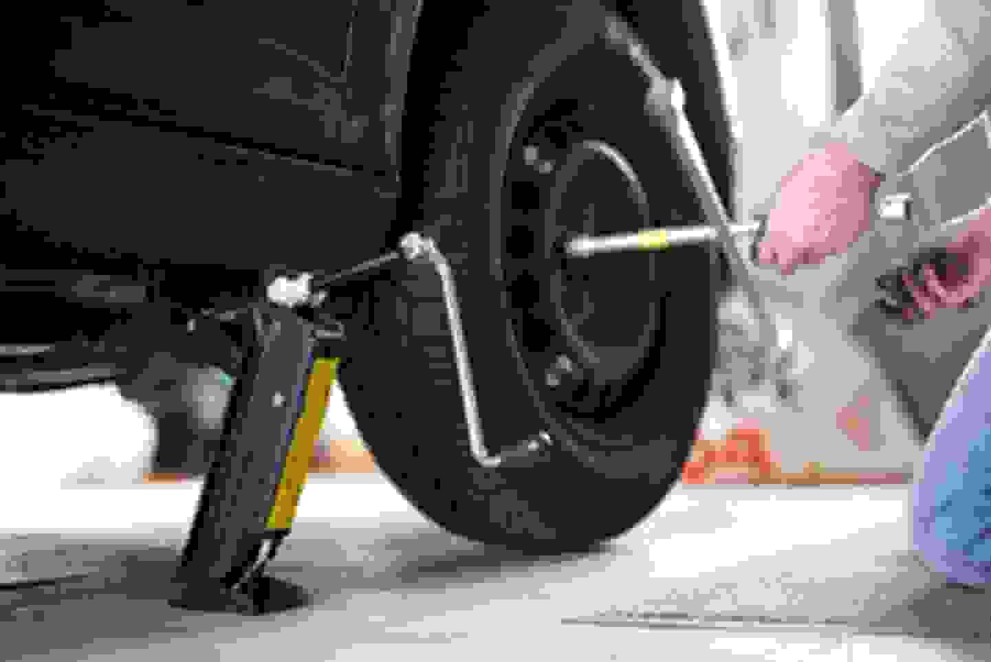 Wagenheber um Fahrzeugräder zu wechseln als auch Schäden am Unterboden zu reparieren