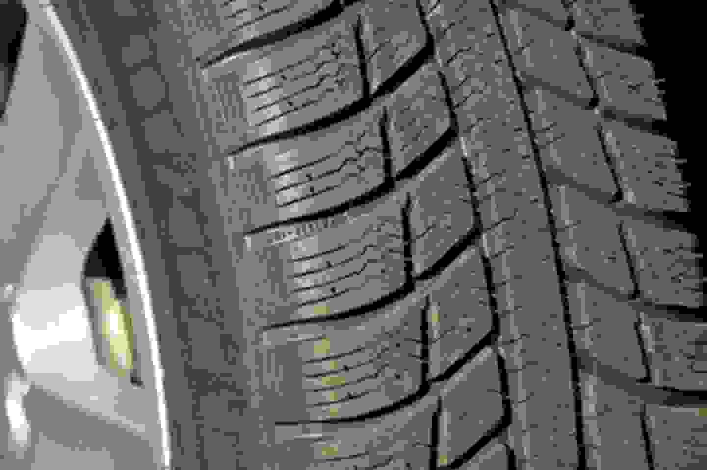 Caractéristiques d'un pneu hiver : symbole flocon de neige, marquage M+S, profondeur de profil, lamelles