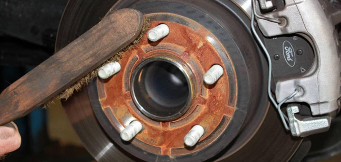 Nettoyer le support de roue - voir les brosses métalliques»
