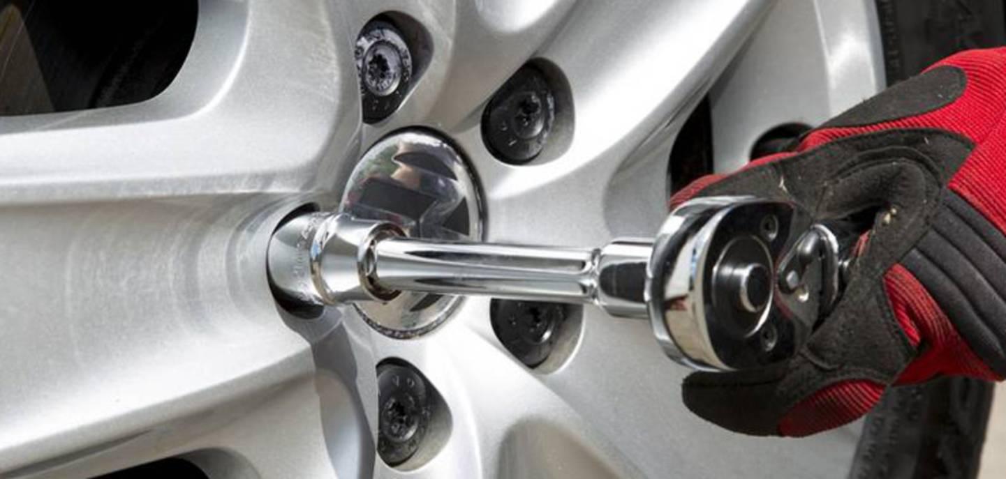 Serrer les boulons de roue - voir les clés dynamométriques »